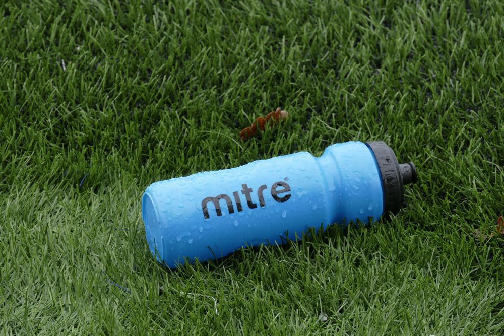 Botella de auga nun campo de fútbol / LAURA G.