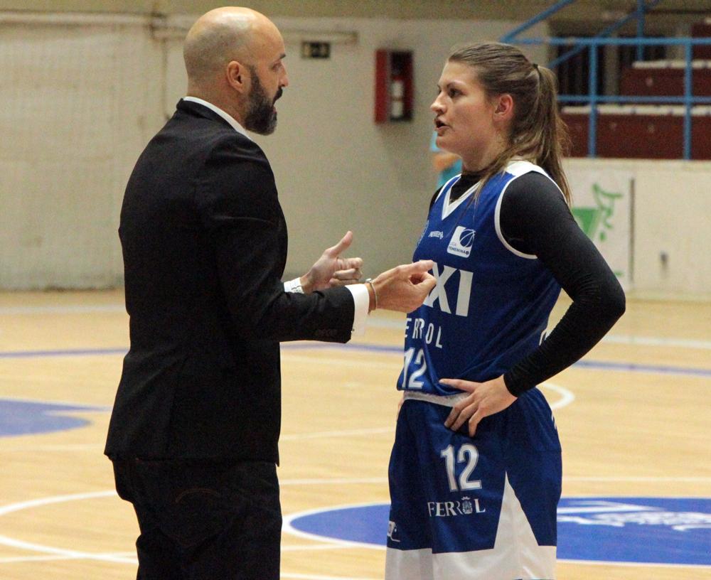 Lino López falando coa súa xogadora Macy Miller do Baxi Ferrol / WYKAZSZKOWSKI