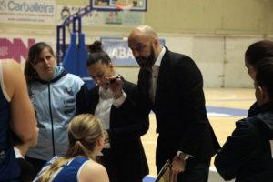 Lino López dándolle indicacións as súas xogadoras do Baxi Ferrol/ WYKAZSZKOWSKI