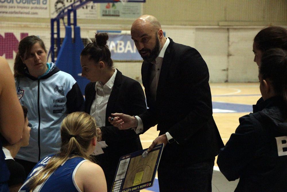 Lino López dándolle indicacións as súas xogadoras do Baxi Ferrol / WYKAZSZKOWSKI