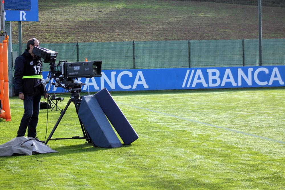 Cámara de televisión para transmisión deportiva de fútbol na Cidade Deportiva de Abegondo / SABELA MOSCOSO