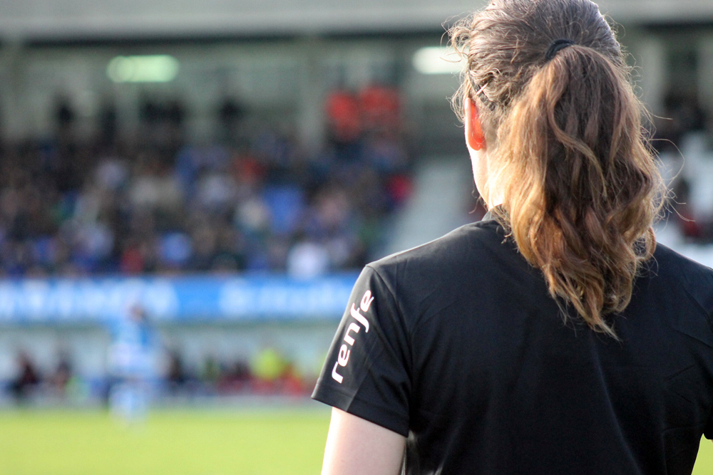 Árbitra de liña de fútbol na Cidade Deportiva de Abegondo / SABELA MOSCOSO