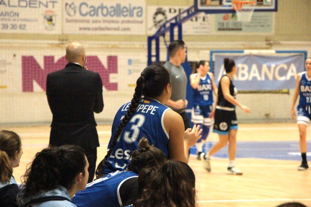 Leaupepe, xogadora do Baxi Ferrol, animándoo o equipo