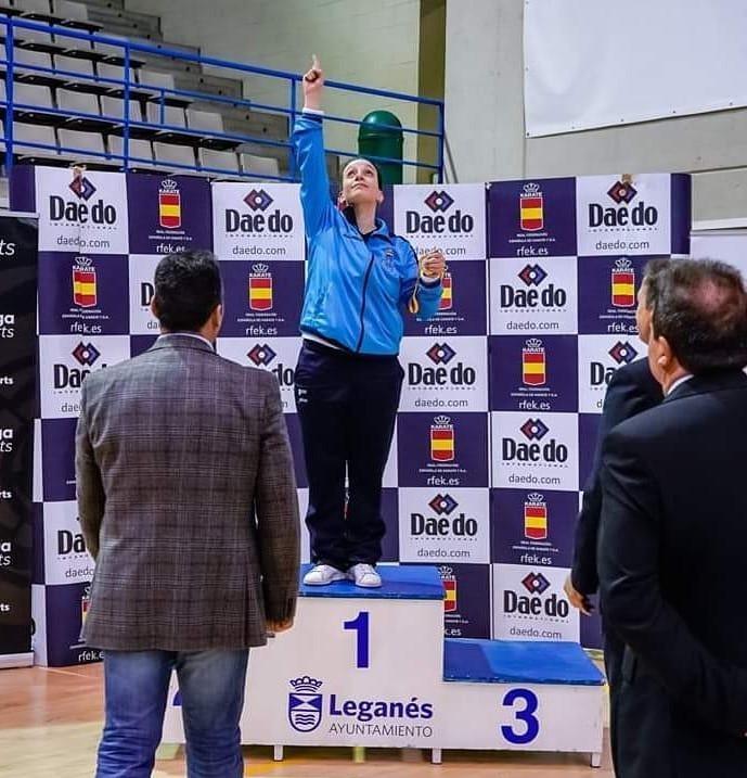Cristy Tojo, karateca, adica o seu ouro a á finada Carmen Barro / AVALON KAI