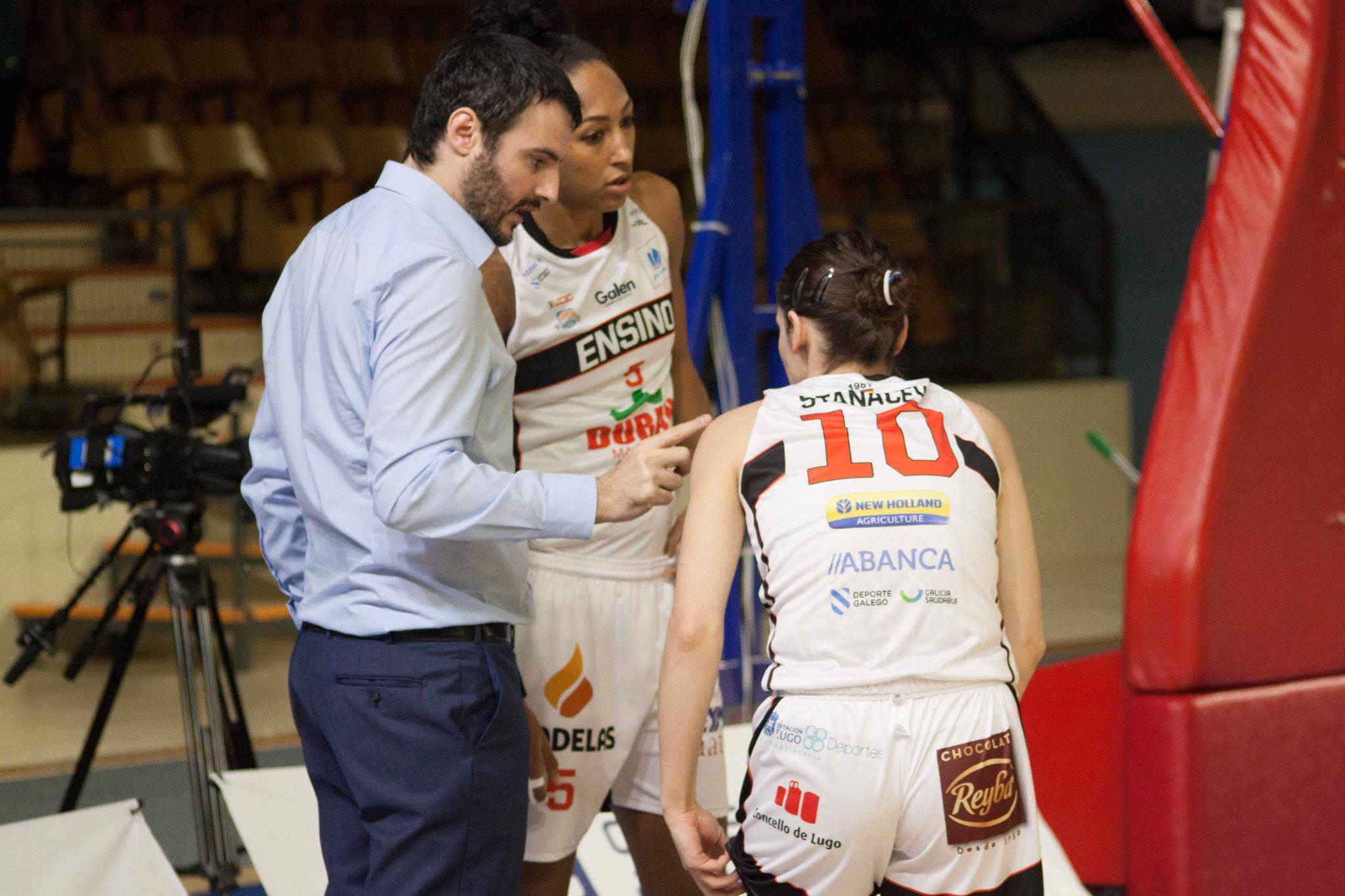 Carlos Cantero, o adestrador do Ensino con dúas das súas xogadoras, Kalis Loyd e Aleksandra Stanacev / Álvaro Trapero - ENSINO