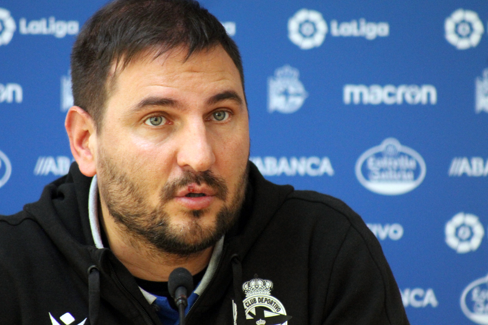 Manu Sánchez, adestrador do RC Deportivo ABANCA, na sala de prensa Cidade Deportiva Abegondo / SABELA MOSCOSO