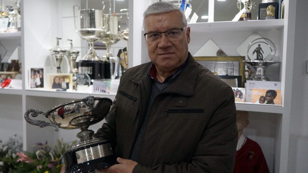 José Mañana, adestrador Karbo, coa Copa da Raíña do 1981 / AS NOSAS