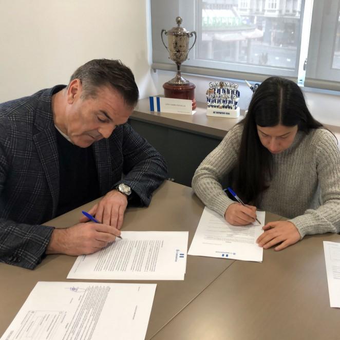 Peke e o presidente, Fernando Vidal, asinando o contra da futbolista / RCD