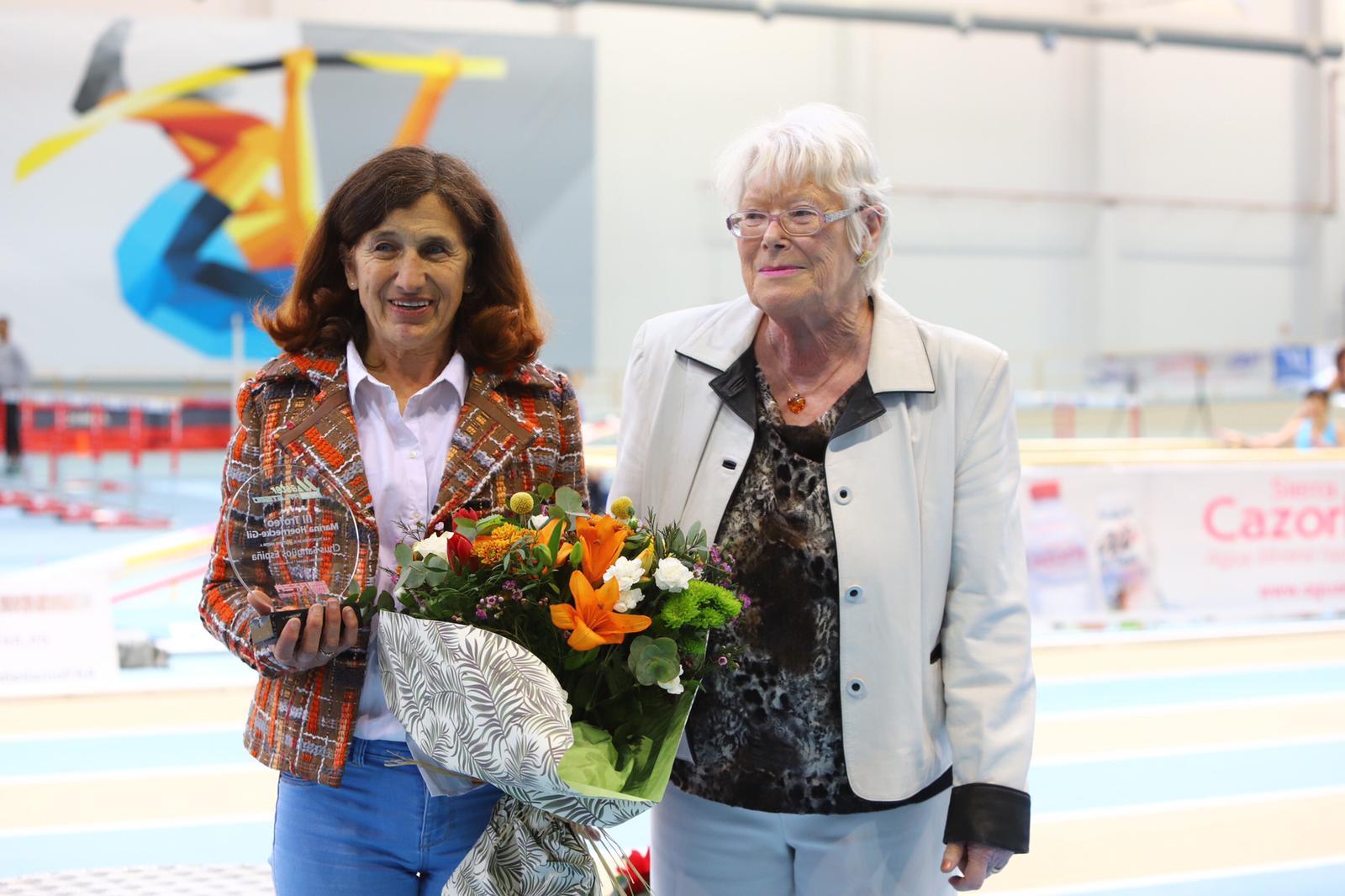 Chus Sanguos recibe o Trofeo Marina Hoernecke-Gil | REDESFGA