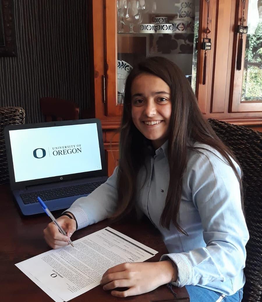 Uxía Martínez asinando pola Universidade de Oregón - UM