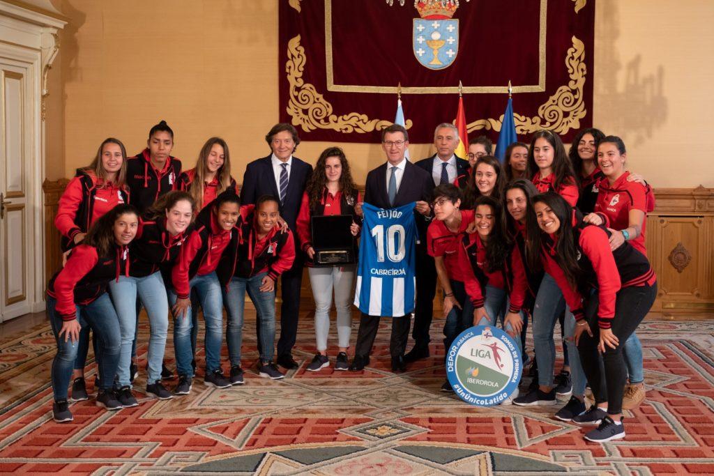 O presidente da Xunta, Alberto Núñez Feijóo, acompañado polo secretario xeral para o Deporte, José Ramón Lete Lasa, recibe ás xogadoras do RC Deportivo ABANCA polo seu ascenso á máxima categoría do fútbol feminino español na tempada 2018-19 / XUNTA