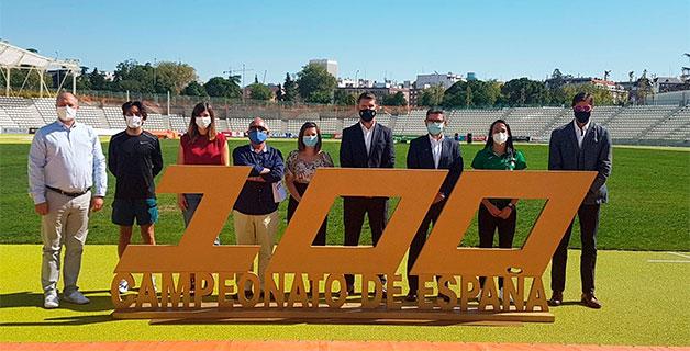Organizadores e atletas nos Campionatos de España Absolutos de Atletismo