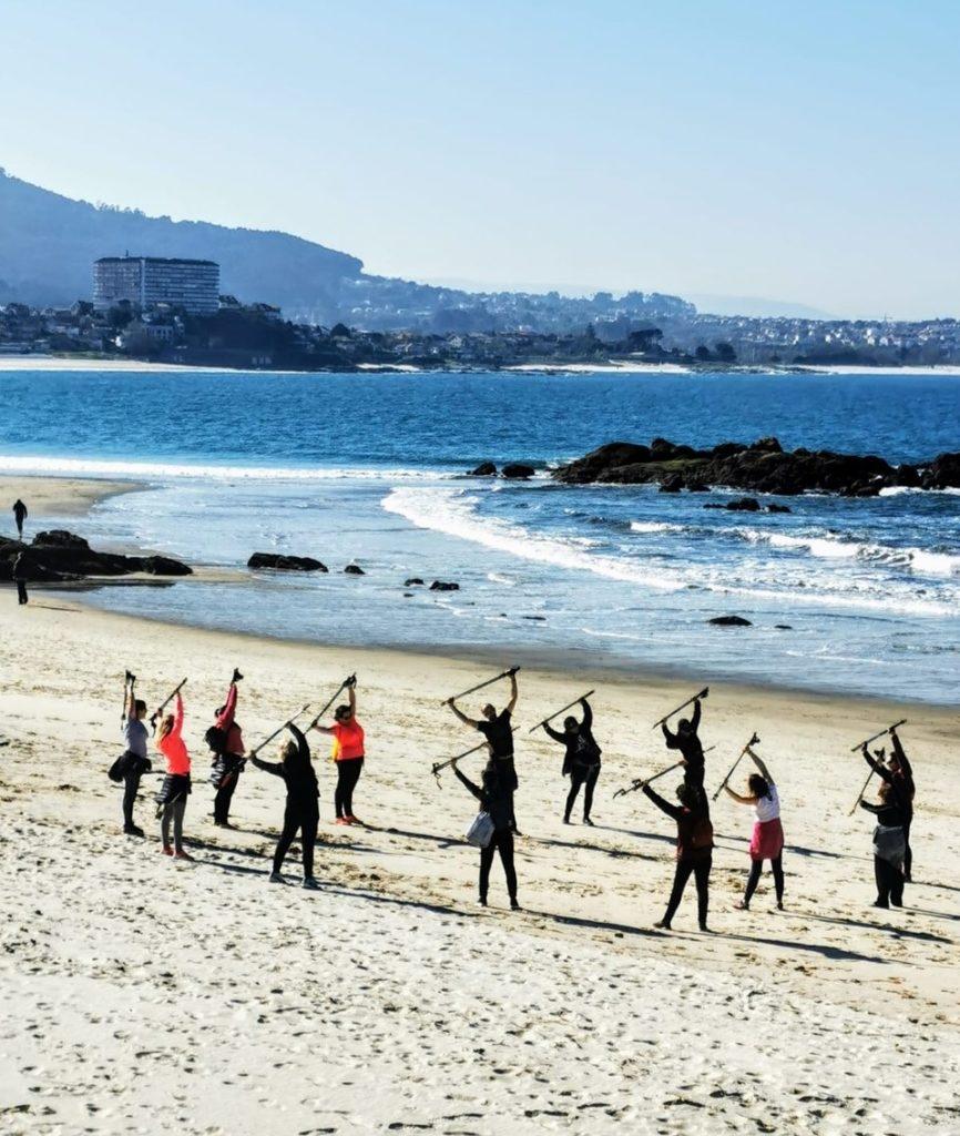 A marcha nórdica, nova terapia para as mulleres con cancro de mama_playa