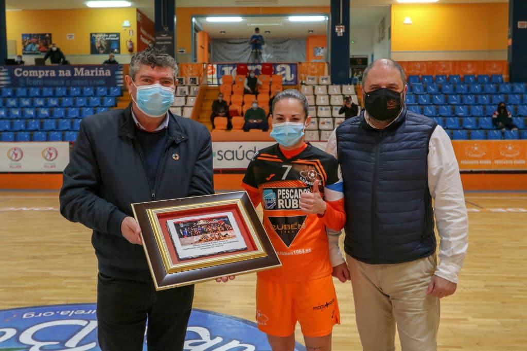 O alcalde de Burela, Alfredo Llano, entrega un detalle ao club polo campionato 19-20, están a capitana Peque e o presidente Manuel Blanco / PRBFS