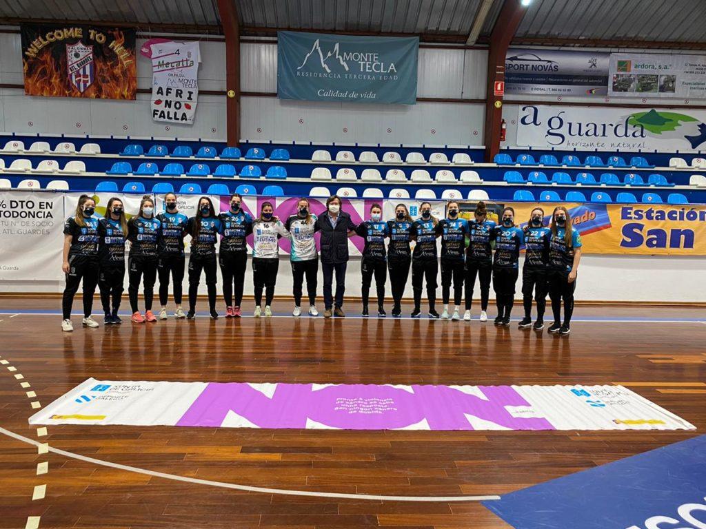 At. Guardés e secretario xeral para o deporte, Lete Lasa, coa campaña NON á violencia de xénero / ©SPORTCOECO