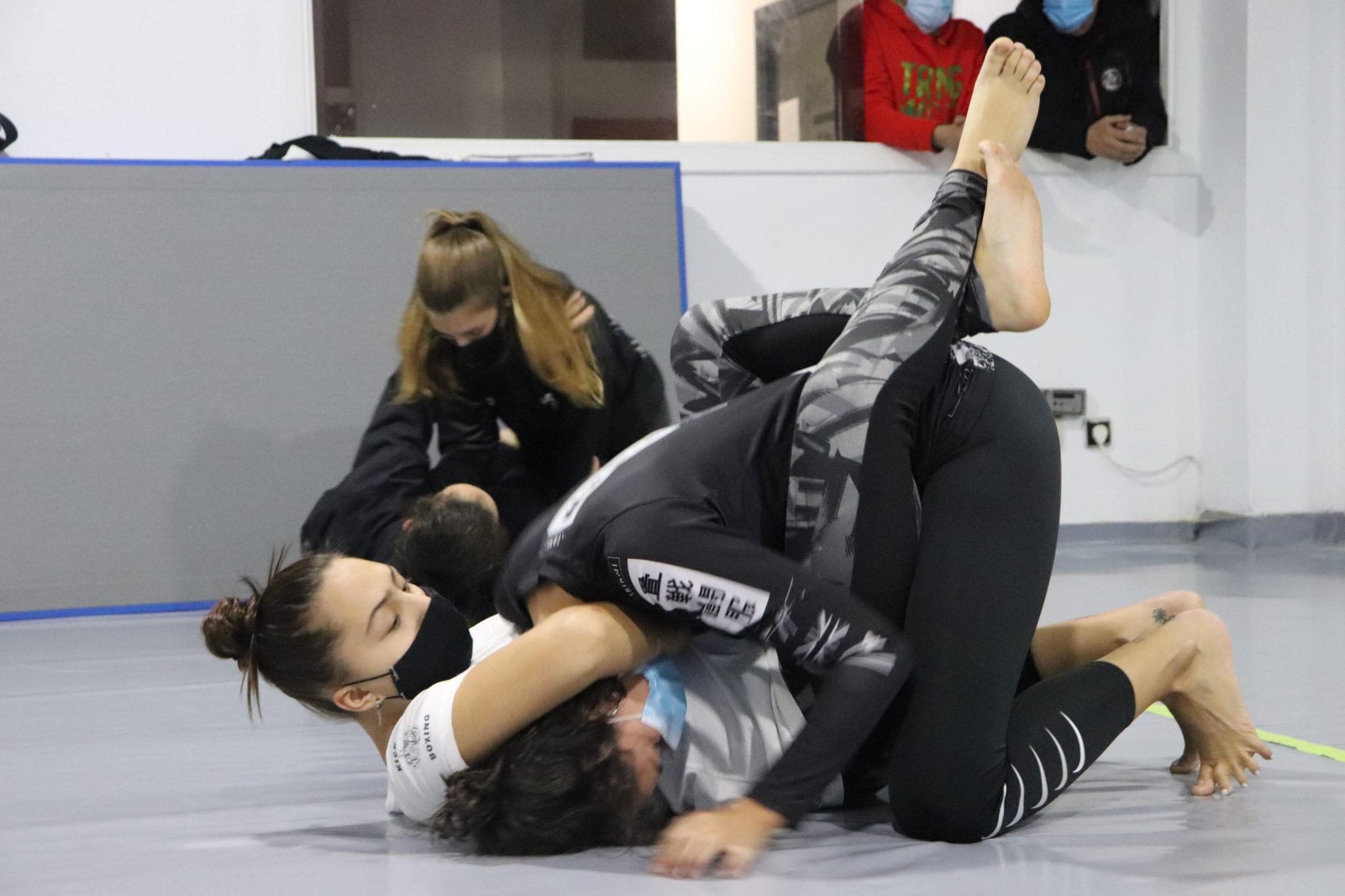 Rapazas do Ximnasio Graíño facendo grappling / ÁLEX VÁZQUEZ