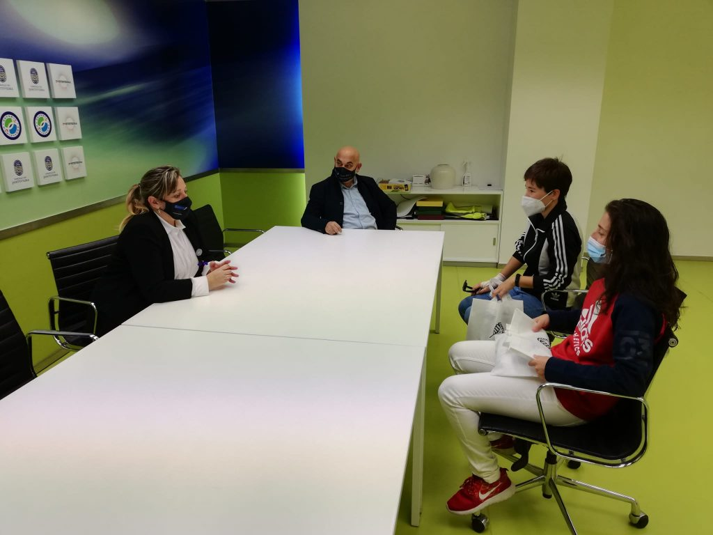 A fultbolista Paula Dapena foi recibida polos concelleiros de Igualdade, Yoya Blanco, e Deportes, Tino Fernández / Concello de Pontevedra