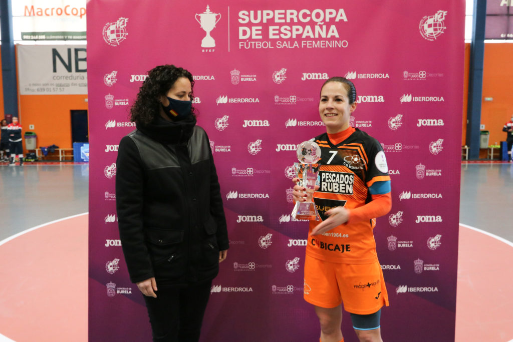 Clàudia Pons, seleccionadora española, entrega a Peque o galardón de MVP da final da Supercopa / PRBFS