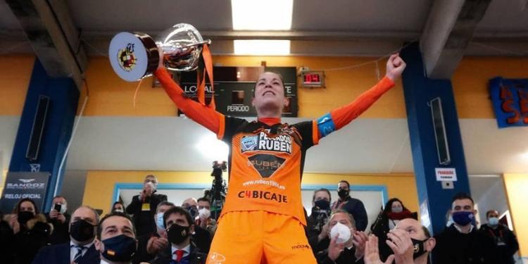 Peque, do Burela FS, levantando o trofeo da Supercopa de España de futsal / PEQUE IG