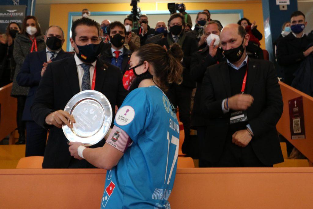 Silvia Aguete recolle o trofeo do Poio como subcampio´n da Supercopa / PRBFS