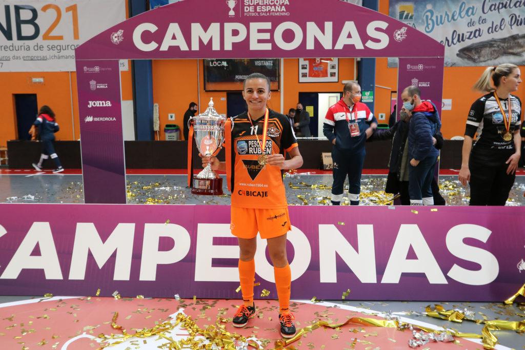 A futbolista do Burela Jane, celebrando a Supercopa 2020 / PRBFS