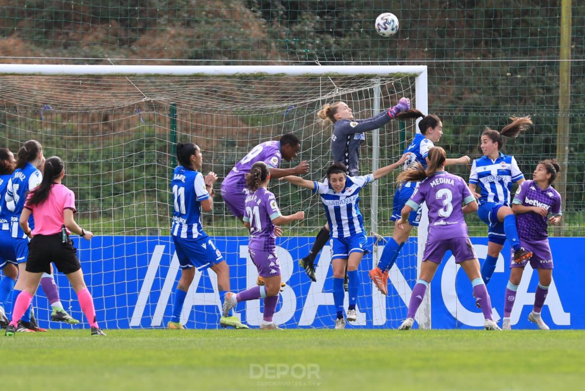 Sullastres sae de puños para despexar un balón no partido entre o Dépor ABANCA e o Real Betis / RCD