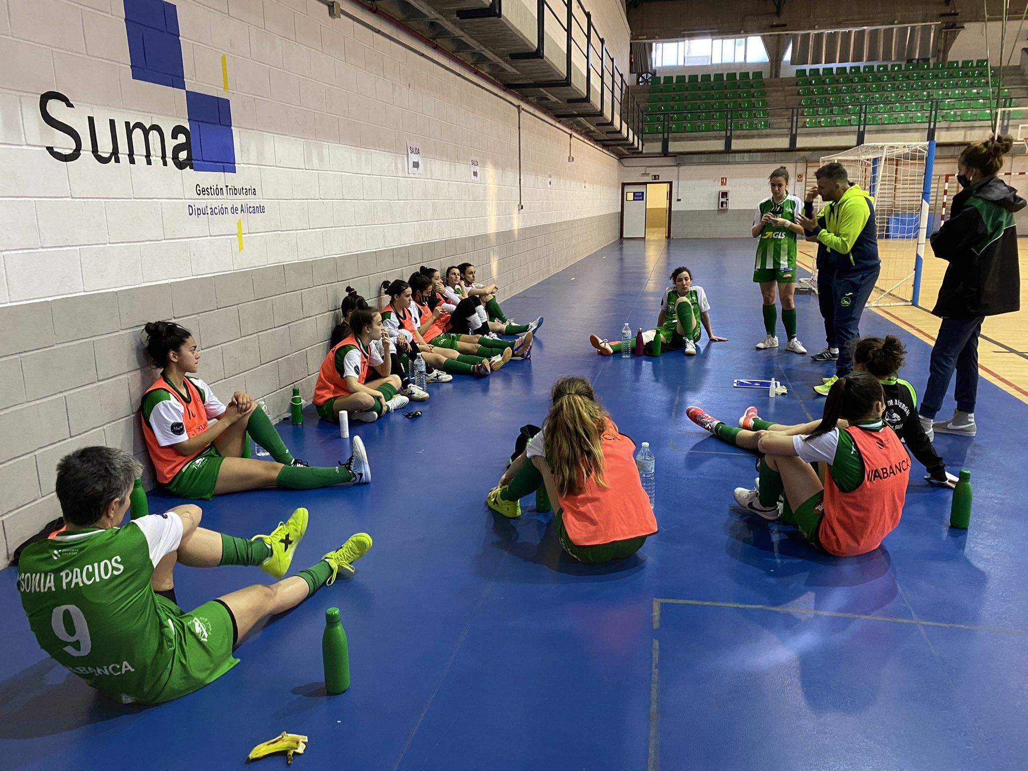 Manolo Codeso dando instruccións ás xogadoras do Cidade de As Burgas ante o Universidad de Alicante / CIDADE TW