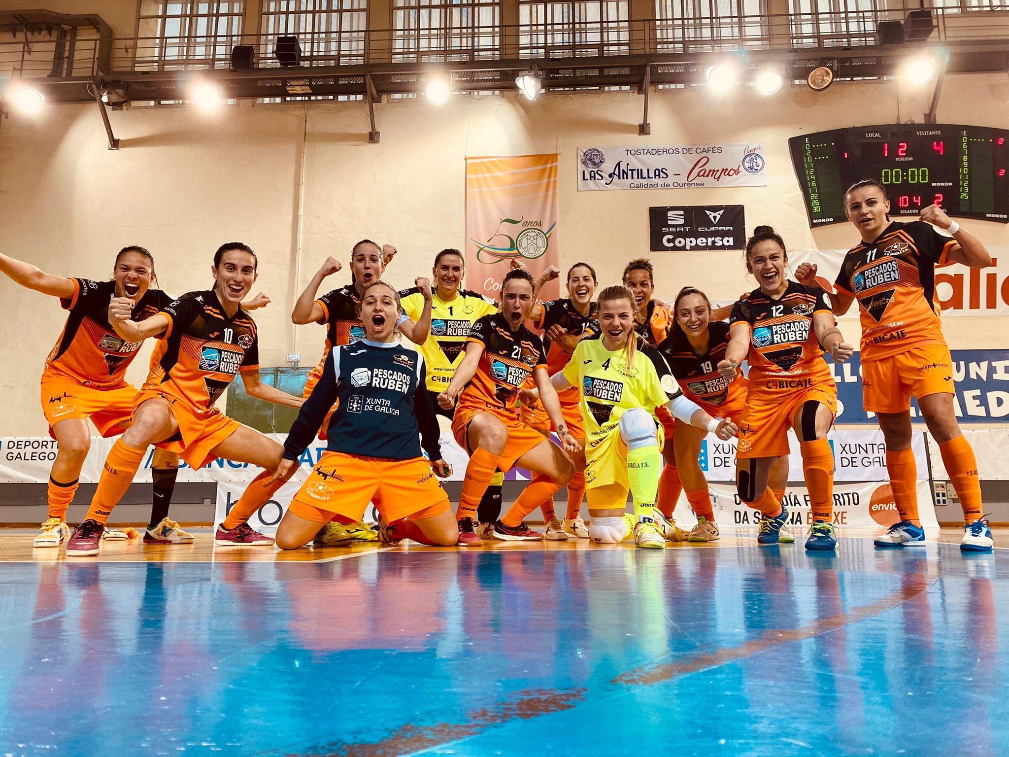 O Burela festexa a vitoria ante o Envialia / BURELA FS