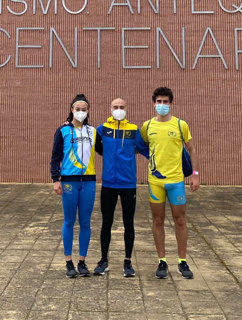 Carmen Victoria e Iker González co seu entrenador Manuel Hurtado / ATLÉTICA LUCENSE
