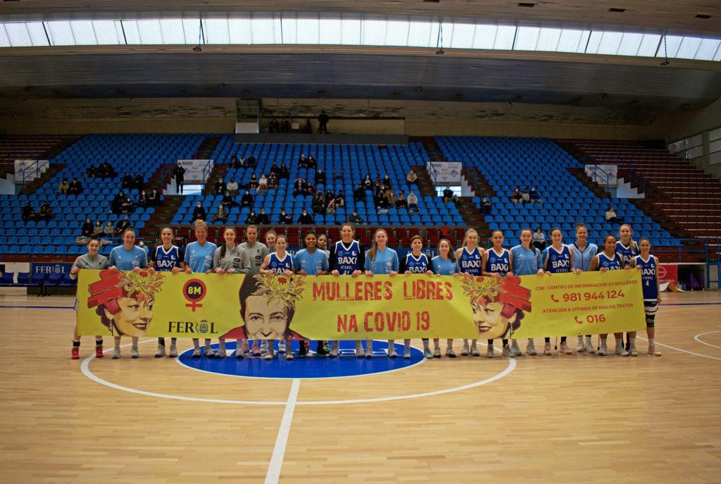O BAXI Ferrol e Celta Zorka Recalvi cunha pancarta da acción de visibilización do deporte feminino que puxeron en marcha as ferrolás o 8M / UNIVERSITARIO FERROL