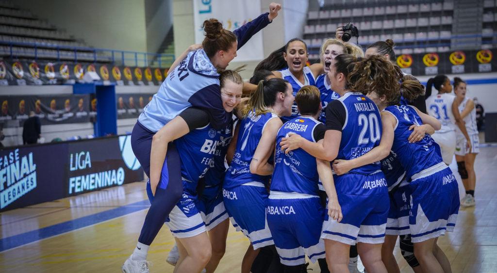 As xogadoras do BAXI Ferrol celebra o ascenso á Liga Endesa / ALBERTO NEVADO - FEB