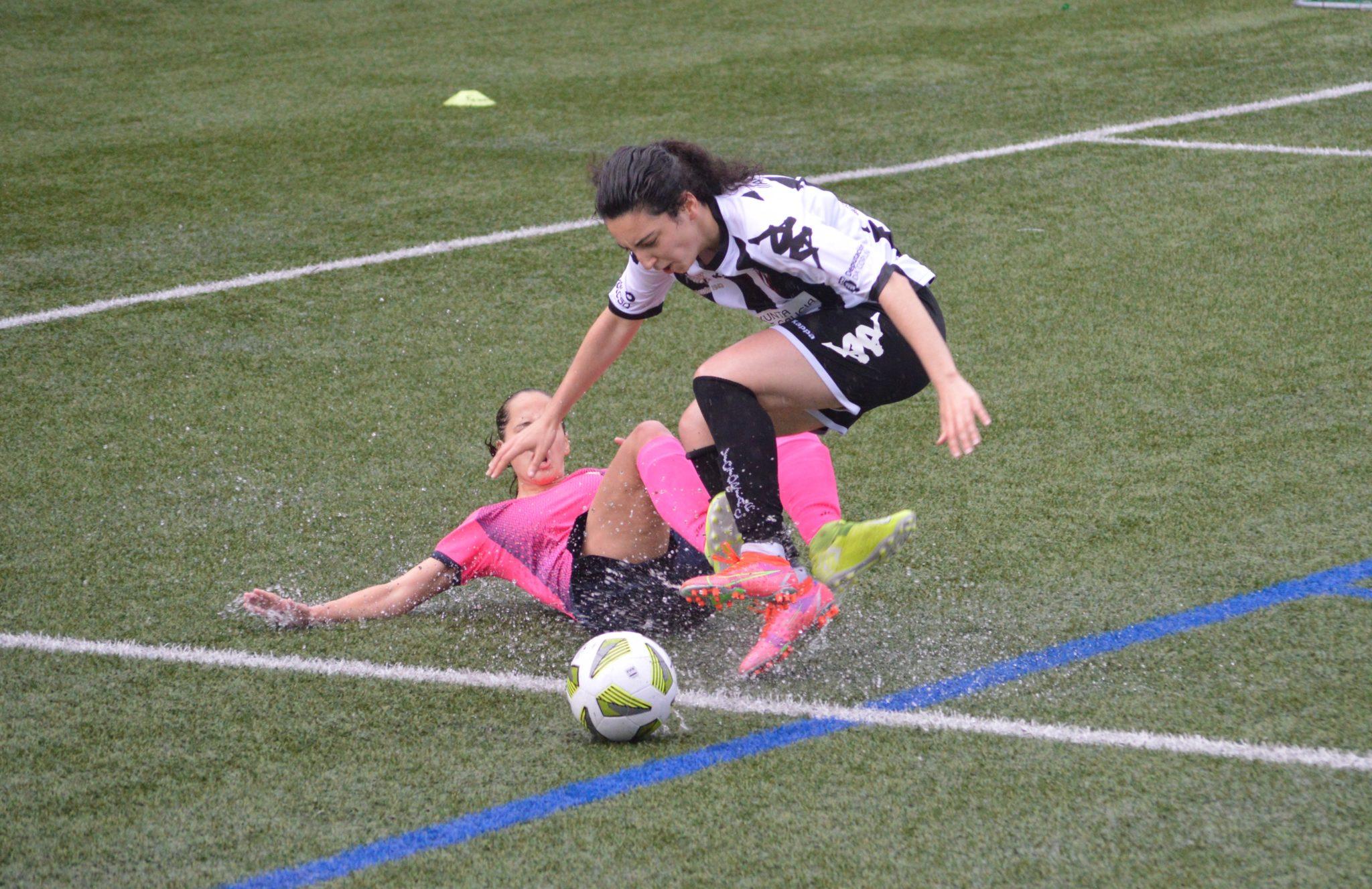 Falta sobre María, que o equipo arbitral non considerou penalti / VICTORIA CF