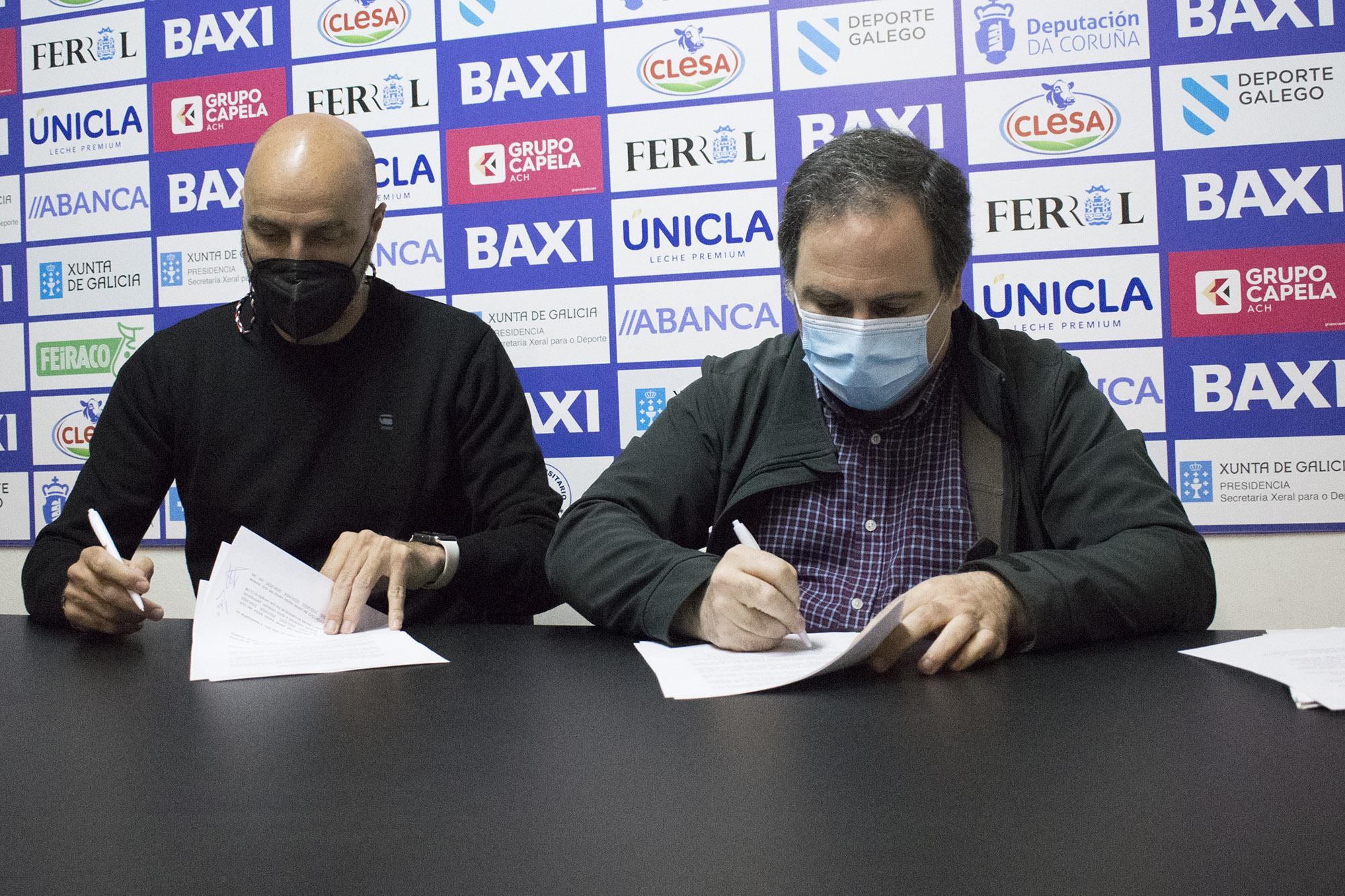 O presidente do BAXI Ferrol, Santi Rey, e o adestrador, Lino López asinan novo contrato / UNIVERSITARIO FERROL