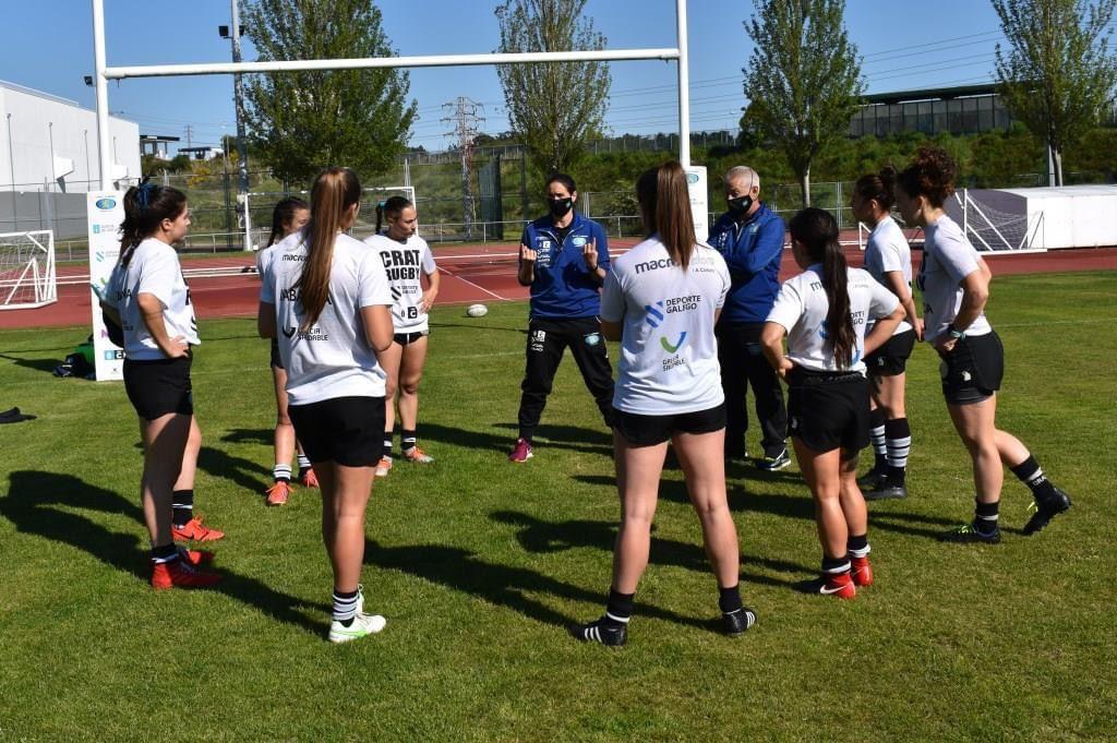 Helen Roca en acción coas xogadoras do CRAT / CEDIDA