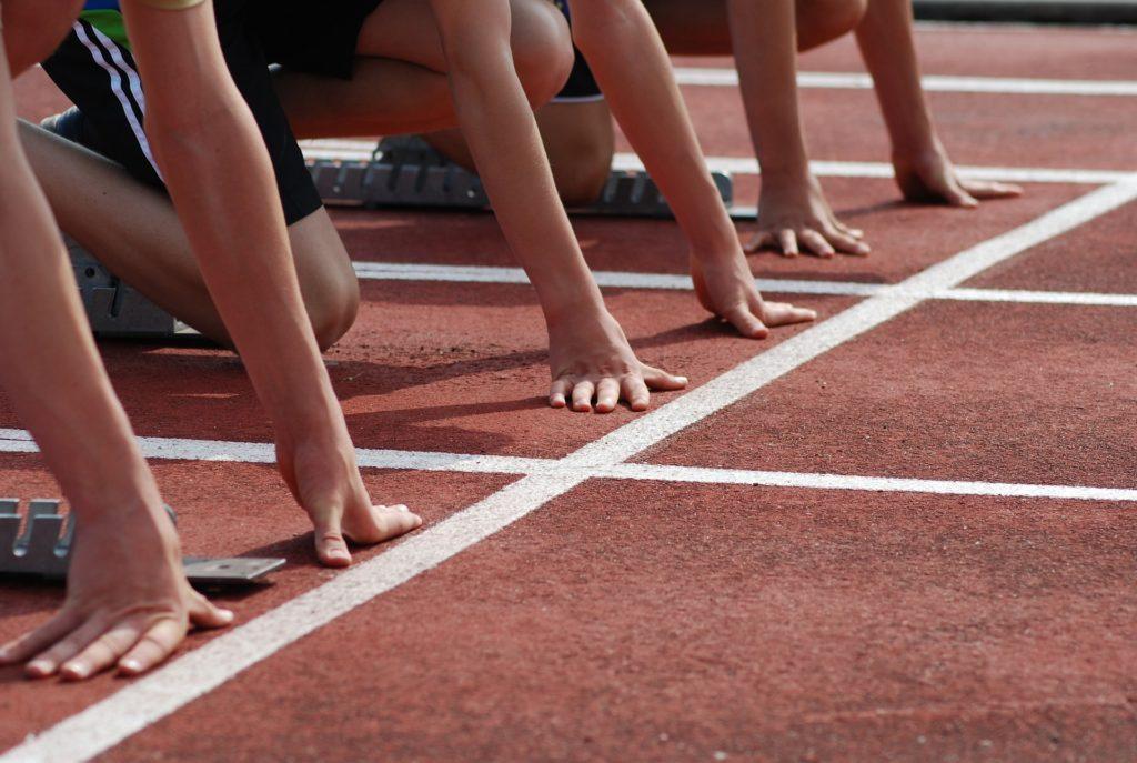 Atletas nunha pista deportiva