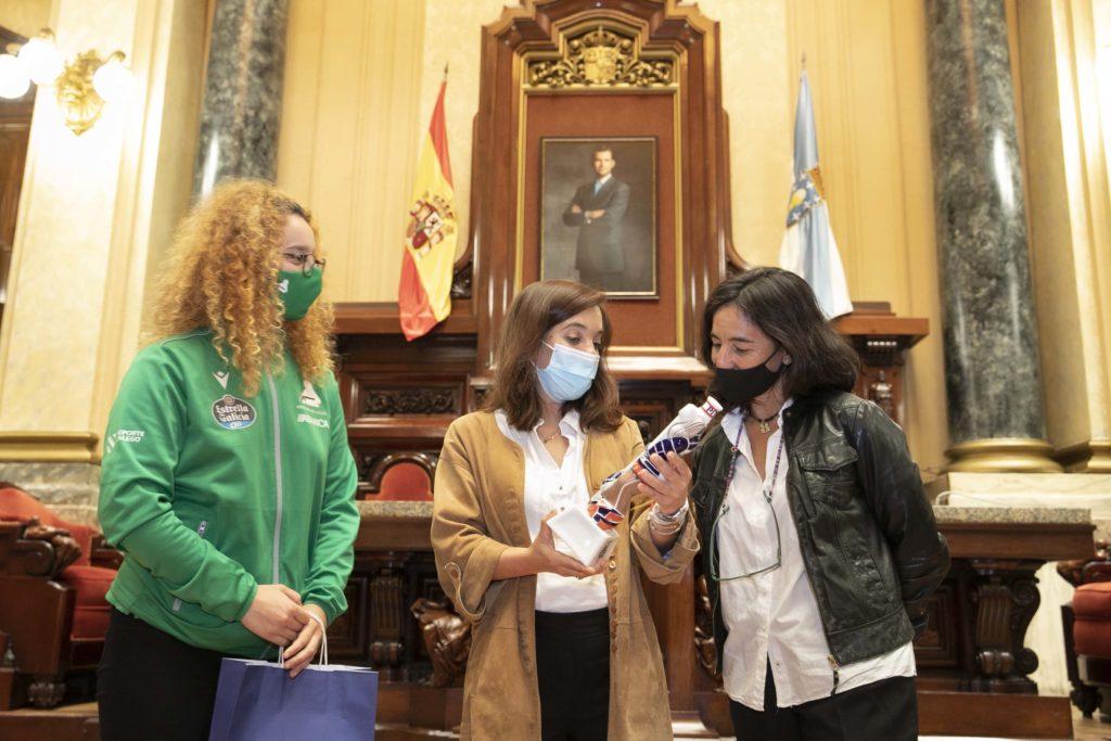 Inés Rey, e a concelleira de Deportes, Mónica Martínez, recibiron en María Pita as xogadoras do HC Deportivo Liceo tras lograr o ascenso á Ok Liga / CONCELLO DA CORUÑA