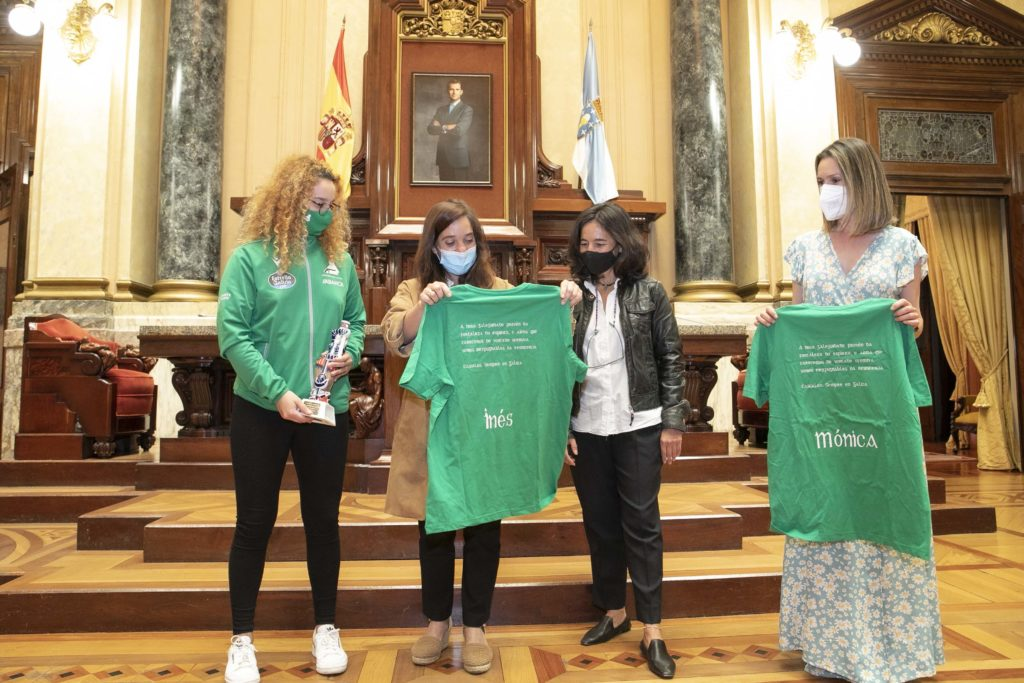 A alcaldesa, Inés Rey recibiu unha das camisetas que luciron as xogadoras do HC Deportivo Liceo na celebración do ascenso á Ok Liga / CONCELLO DA CORUÑA