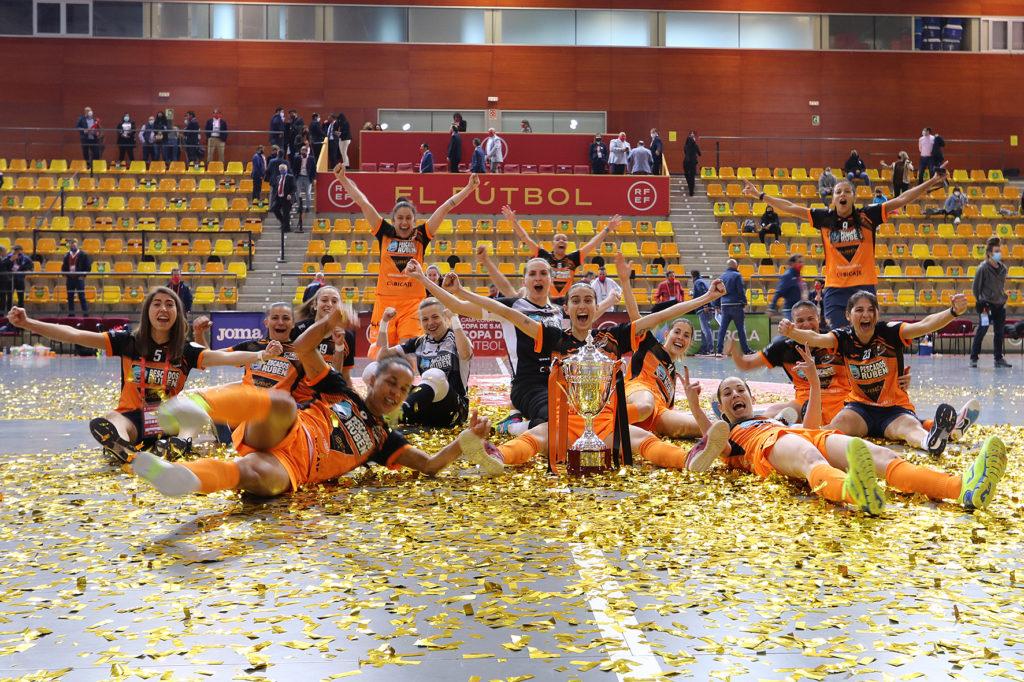 As xogadoras do Pescados Rubén Burela festexan que son campioas da Copa da Raíña FSF 2021 / PRBFS