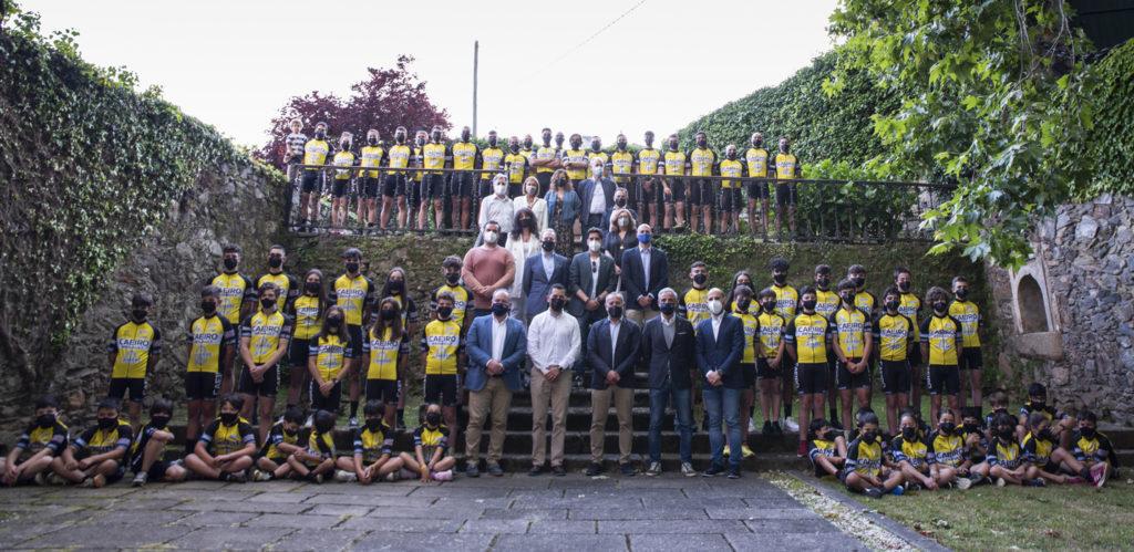 Foto de famila da presentación do Club Ciclista Cambre Caeiro / CONCELLO DE CAMBRE