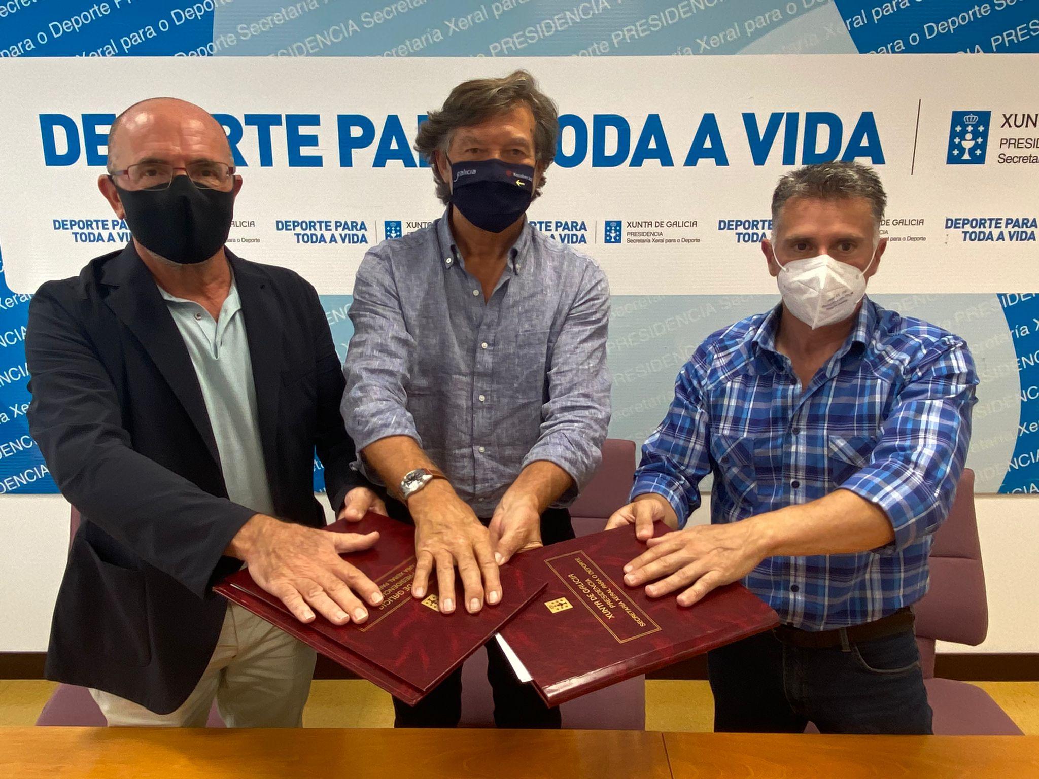 verducido Lete Lasa, xunto ao presidente da RFEP Pedro Pablo Barrios, e o da a Federación Galega, José Alfredo Bea, na sinatura / XUNTA DE GALICIA