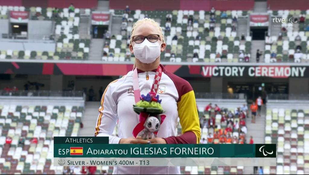 A galega Adi Iglesias, no podio dos Xogos Tokyo 2020 amosando a súa prata nos 400m T13 / RTVE
