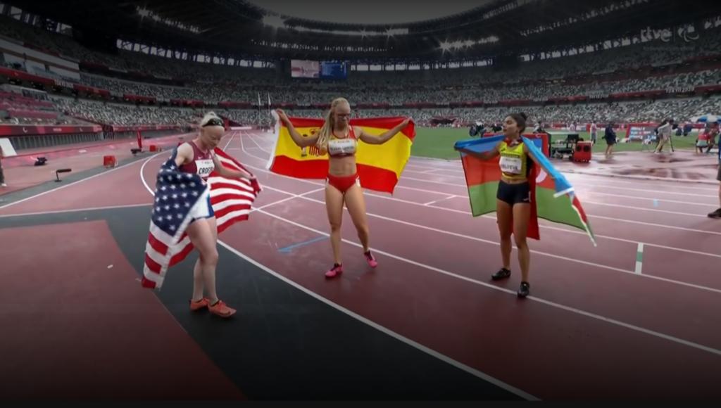 Adi Iglesias, xunto a campioa e a terceira clasificada nestes 400m T13, ouro prata e bronce paralimpicos / RTVE