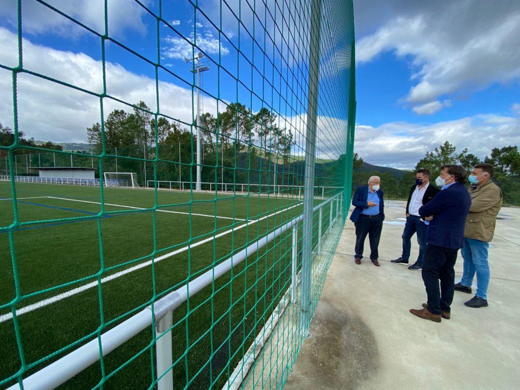 Lete Lasa estivo nos campos de fútbol xunto aos respectivos alcaldes, en Arnoia con Rodrigo Aparicio, e en Cortegada con Avelino Luis de Francisco / XUNTA