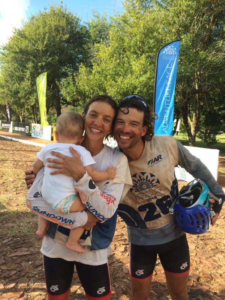 A brasileira Camila Nicolau é a captiá do equipo BOA Brazil Multisport, na imaxe co seu bebé e a súa parella que tamén compite no equipo/ RAID GALLAECIA